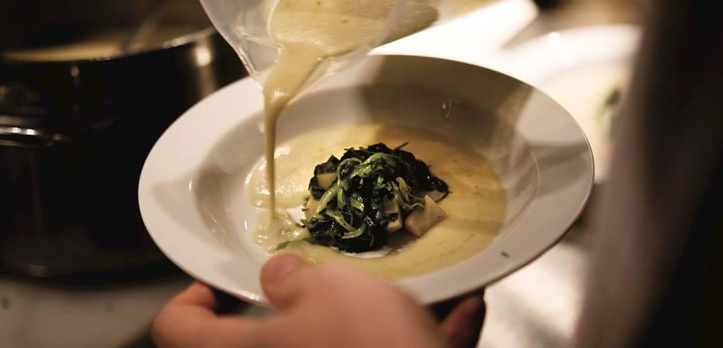 Jordskoksuppe med jomfruhummer og stegt salat