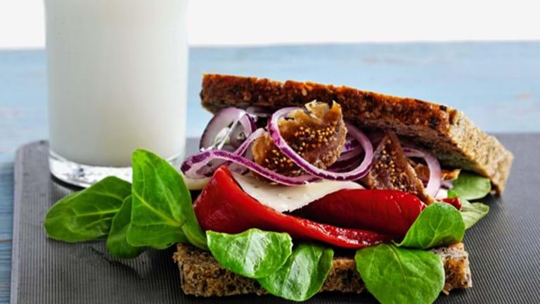 Rugbrødssandwich med ost, frugt og grønt