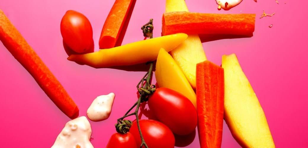 Grøntsagsstave med peanut-dip