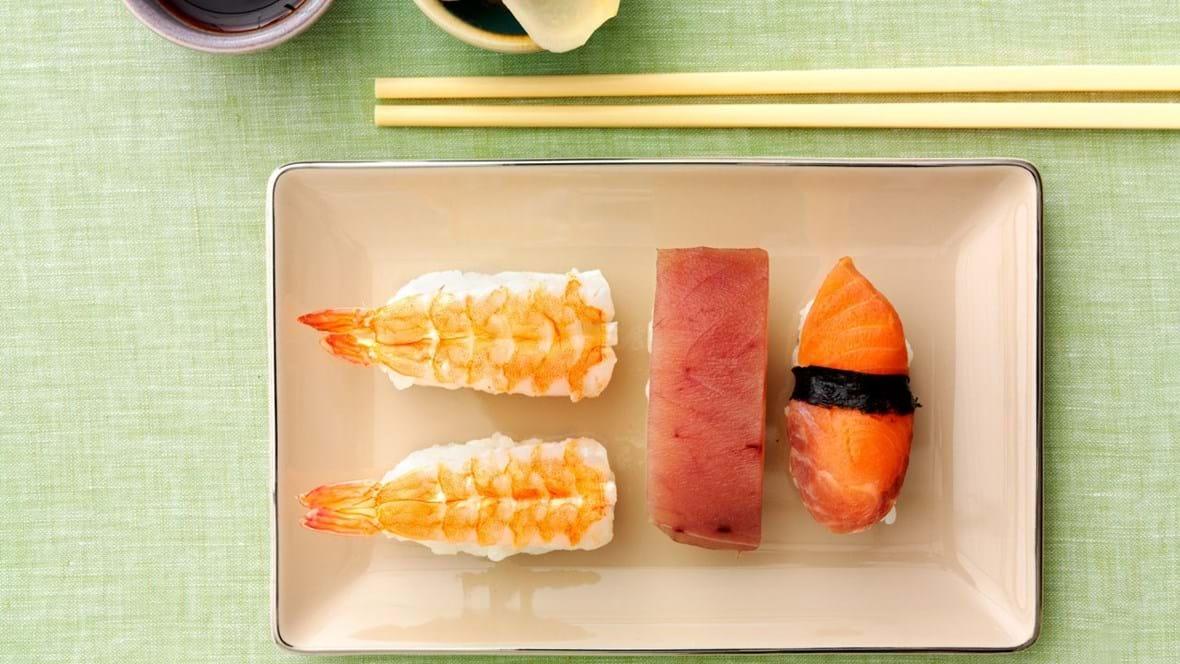 Nigiri sushi med laks, tun og tigerrejer