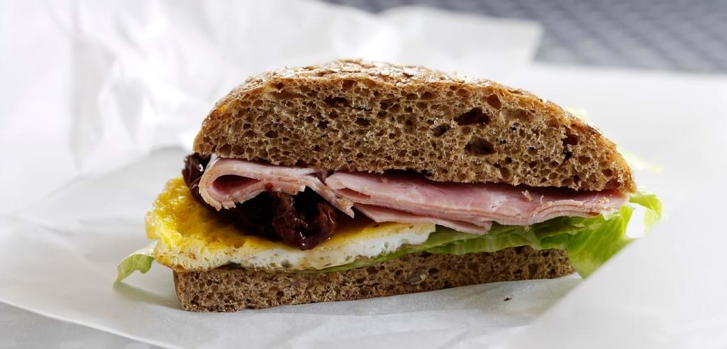 Sandwich med omelet og skinke