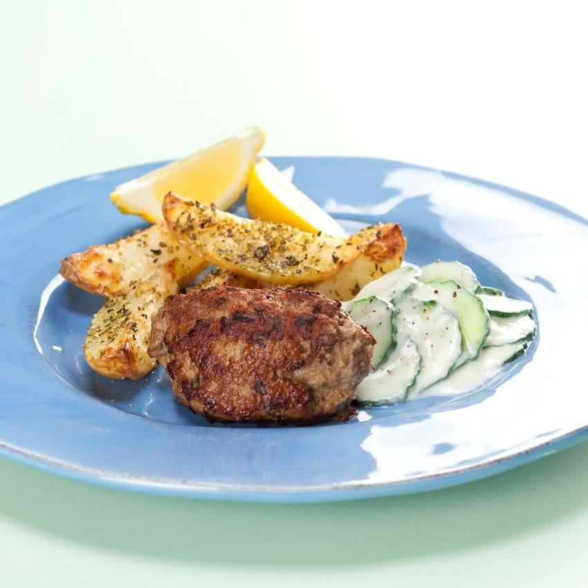 Græske frikadeller med krydrede kartofler og tzatziki