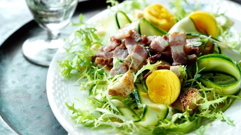 Friséesalat med bacon, croutoner og æggeblommer