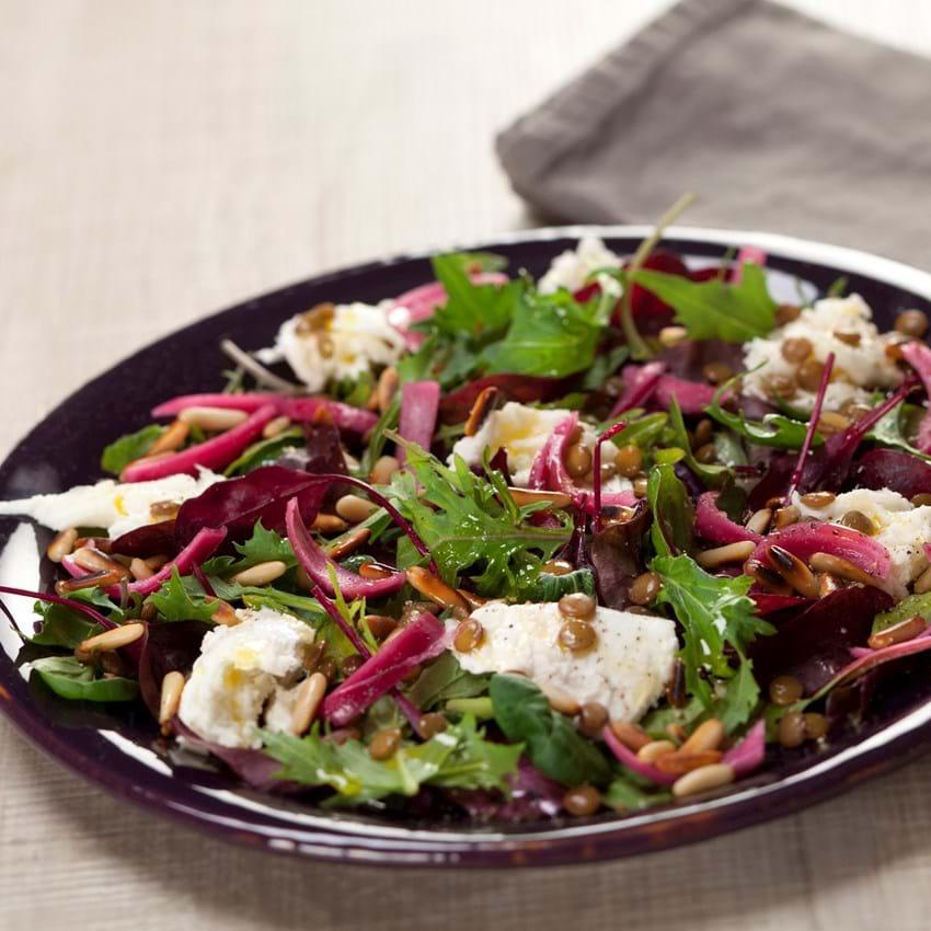 Grøn linsesalat med mozzarella, pinjekerner og syltede rødløg