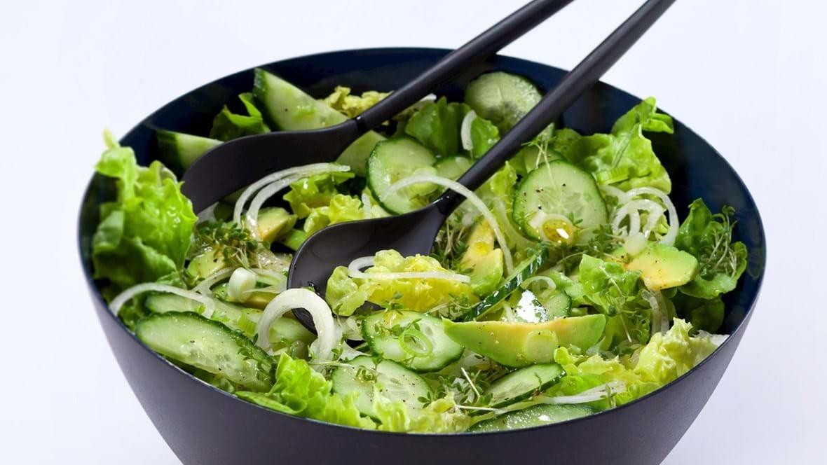Grøn salat med agurk, avocado, løg og karse