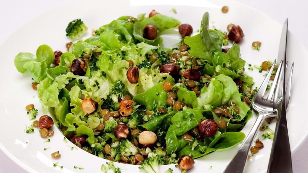 Grøn salat med grønne linser, broccoli og hasselnødder