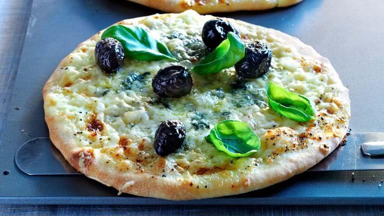 Pizza bianca med blå kornblomst og Vesterhavsost