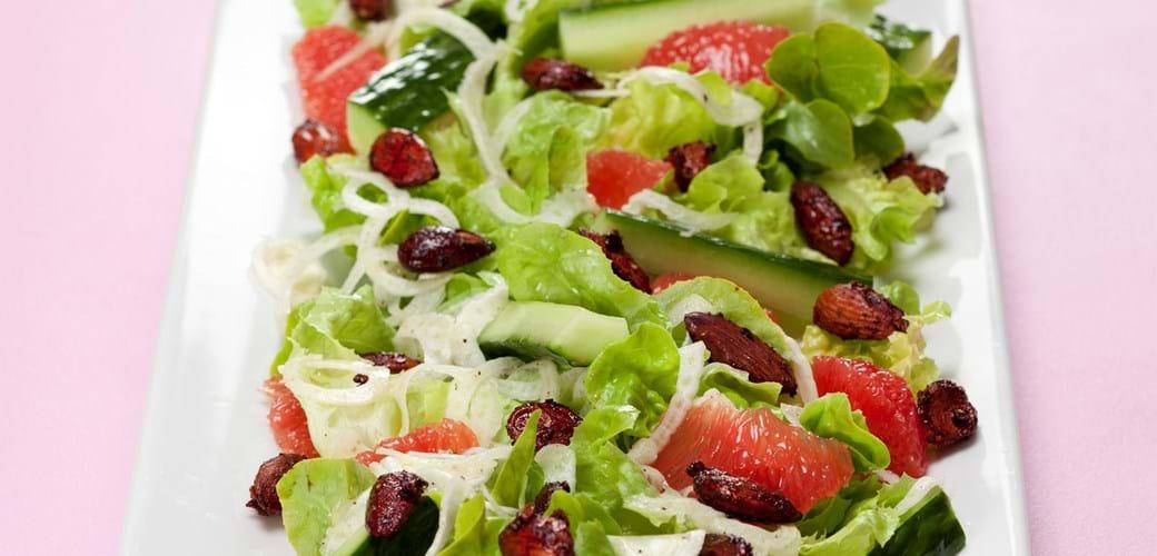 Grøn salat med rosa grape, agurk, fennikel og chilimandler