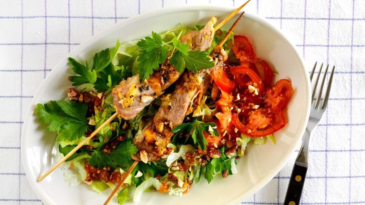 Svinemørbrad på spyd med salat