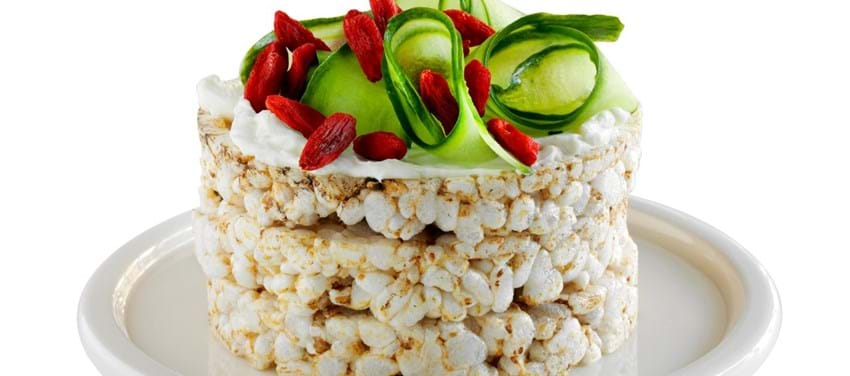 Speltgaletter med ost, agurk og gojibær