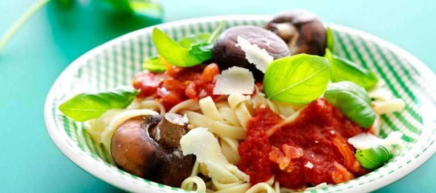 Stegte champignoner med pasta og tomatsauce
