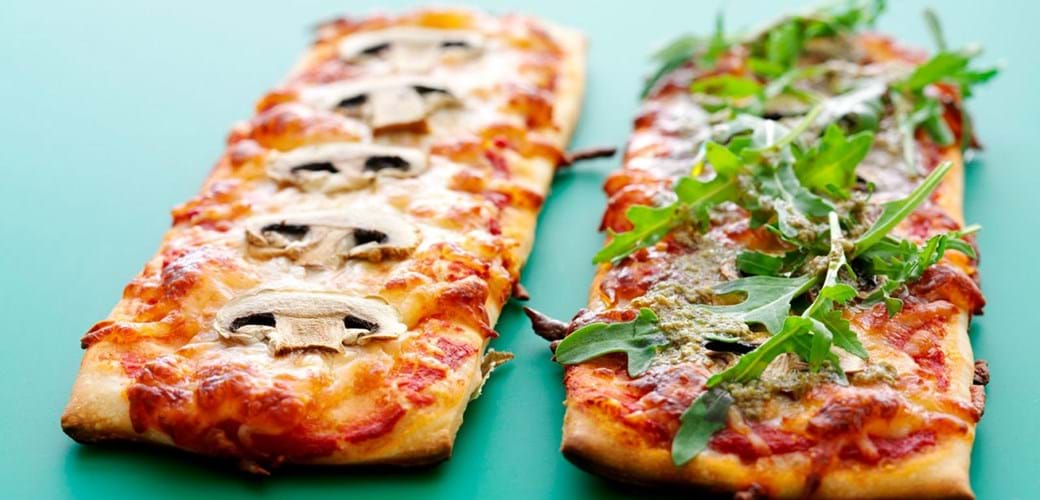 Nem pizza med champignoner og pesto
