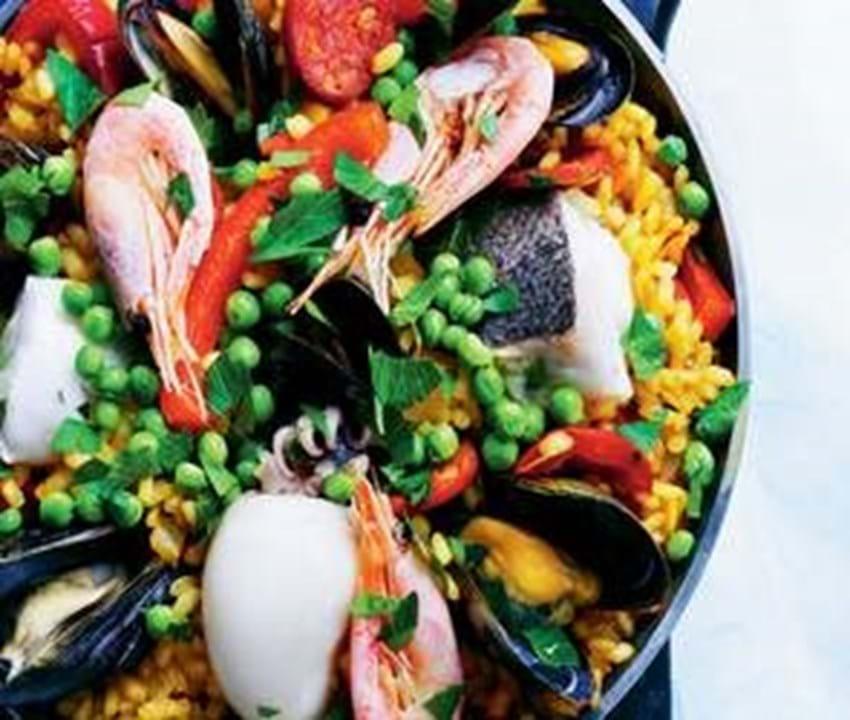 Paella med fisk og skaldyr