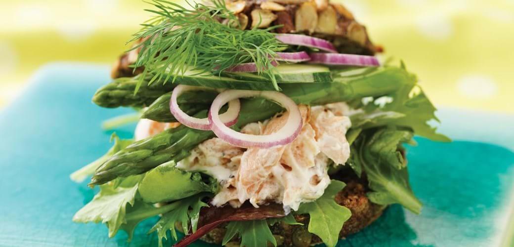 Bagel med varmrøget laks og asparges