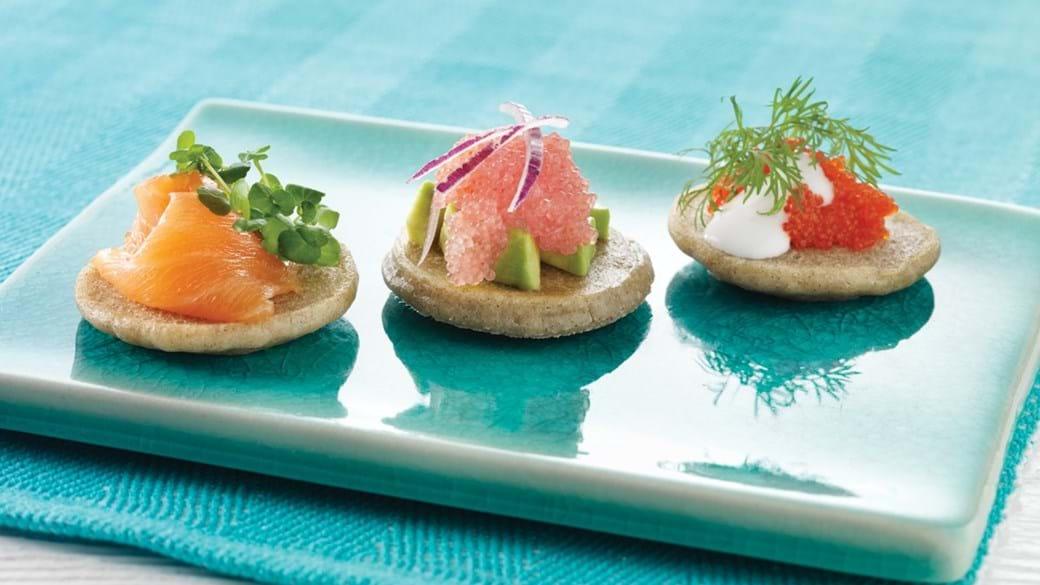 Blinis med stenbiderrogn, røget laks og caviar