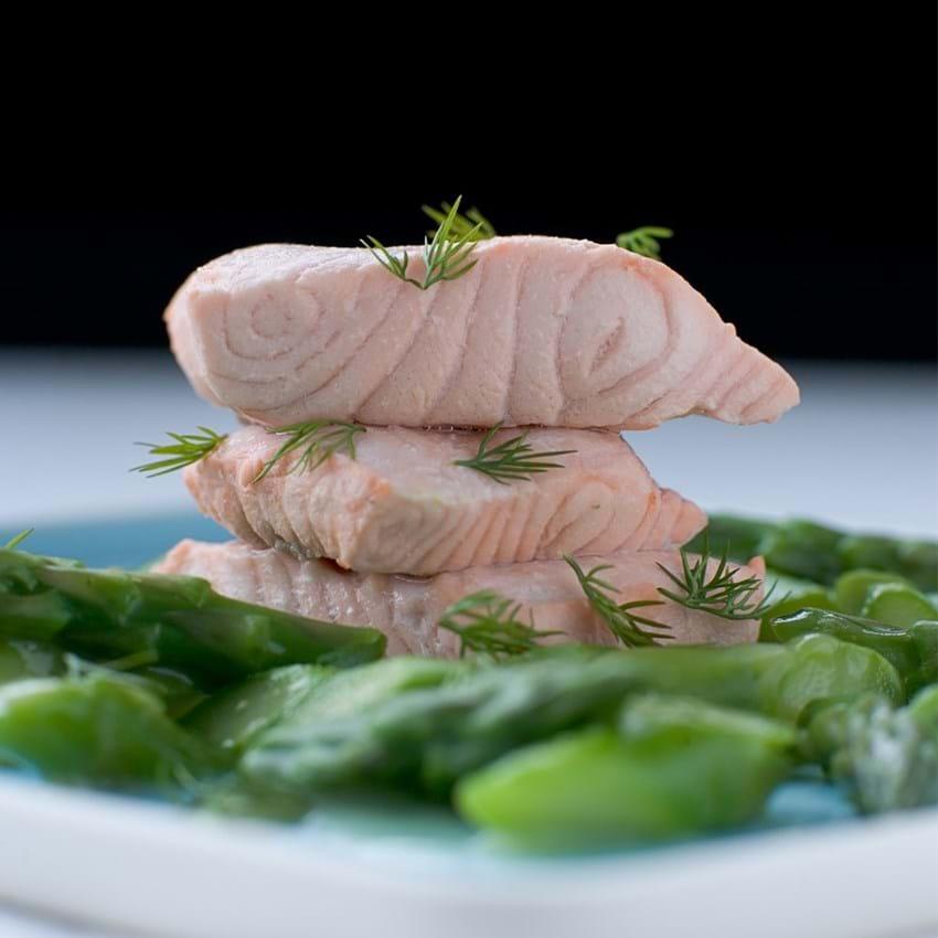 Dampet laks med sauce af friske grønne asparges