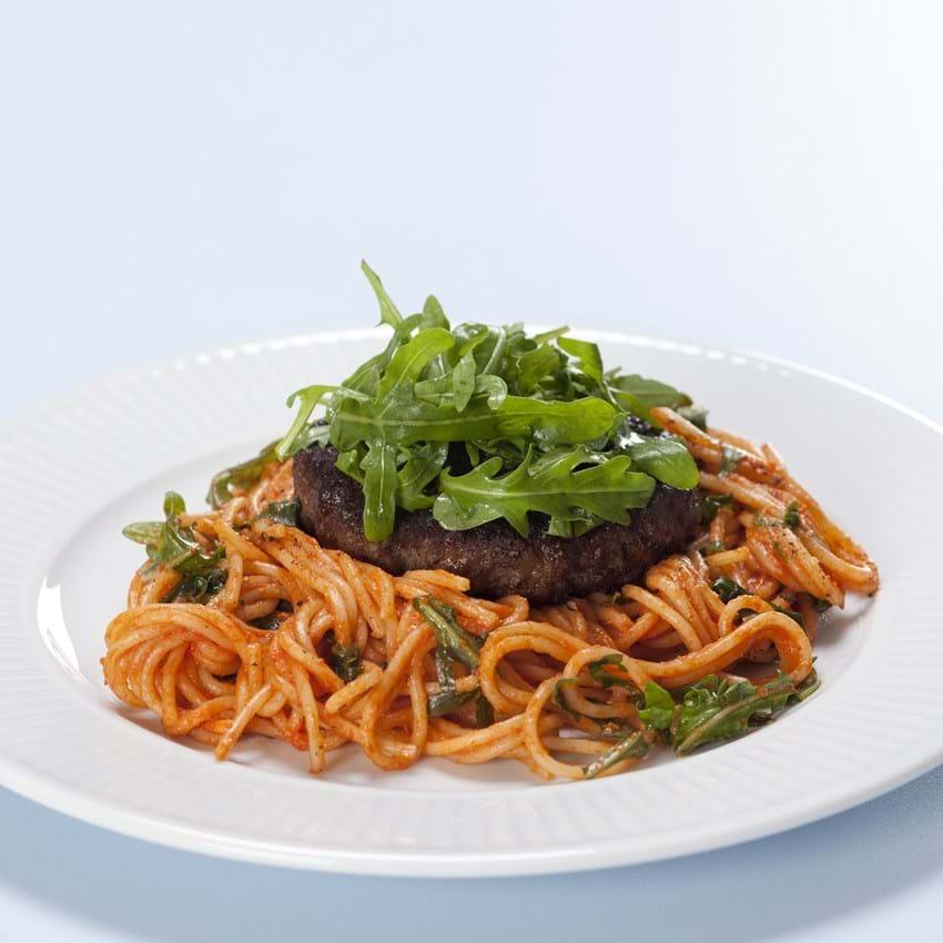 Hakkebøf på tomatiseret pasta med rucola