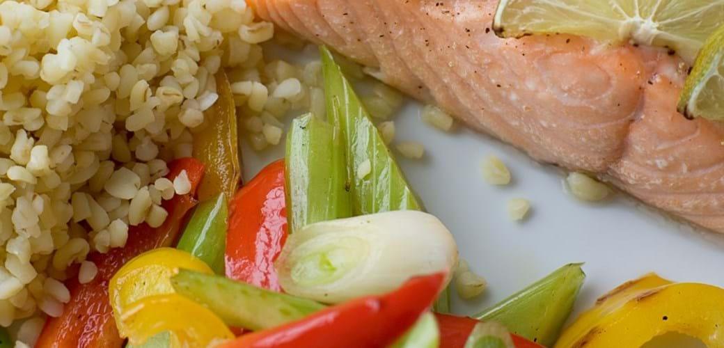 Laks med lynstegte grøntsager