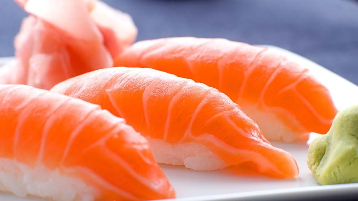 Nigiri sushi med laks, wasabi og syltet ingefær