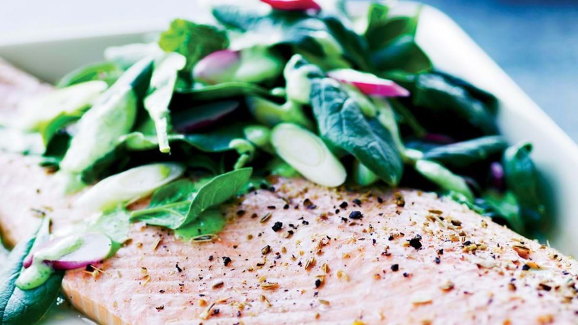 Ovnbagt laksefilet med salat