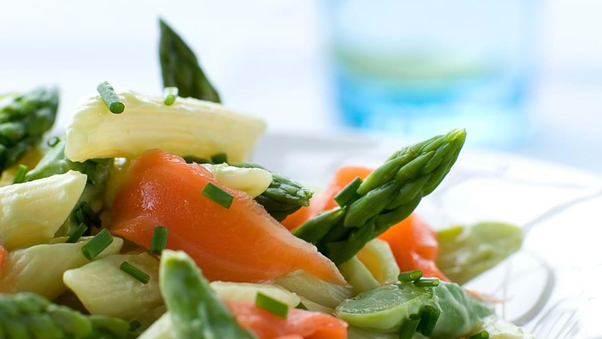 Pastasalat med laks og avocado-dressing