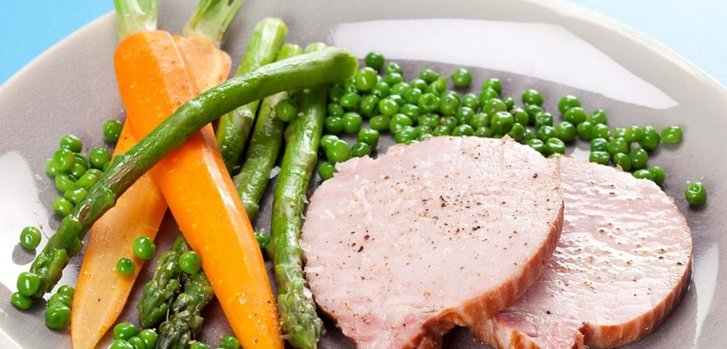 Hamburgerryg med grønne asparges, gulerødder og ærter