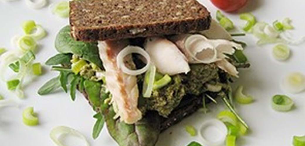 Rugbrødssandwich med røget makrel og pesto