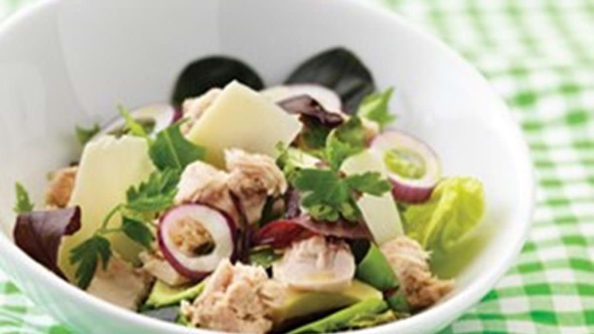 Salat med tun, avocado og parmesan
