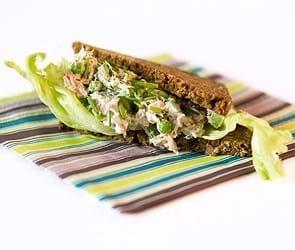 Rugbrødssandwich med grøn tunsalat