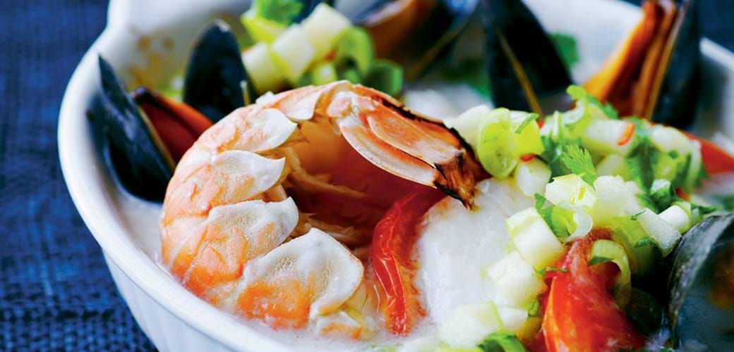 Rødfisk og skaldyr bagt i kokosmælk