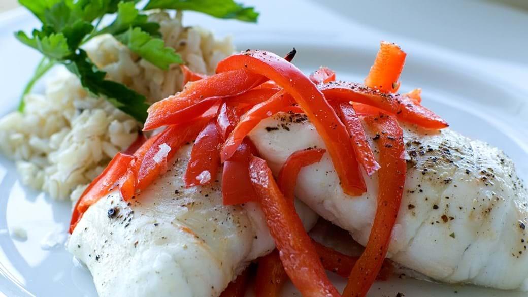 Dampet fiskeroulade med hvidløgsost og rød peber