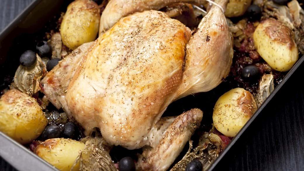 Helstegt kylling med bacon, fennikel og sorte oliven