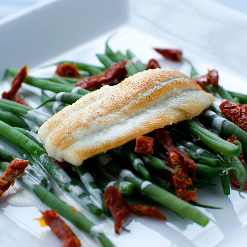 Stegte rødspættefileter med bønnesalat