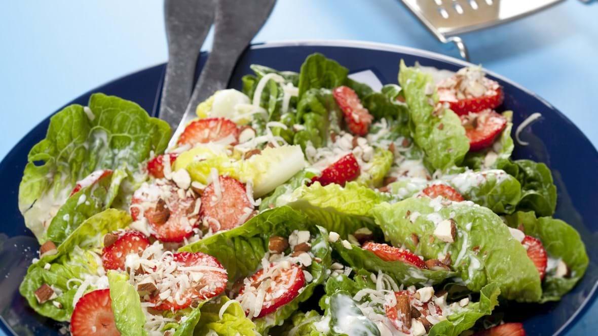 Hjertesalat med jordbær, parmesan og mandler