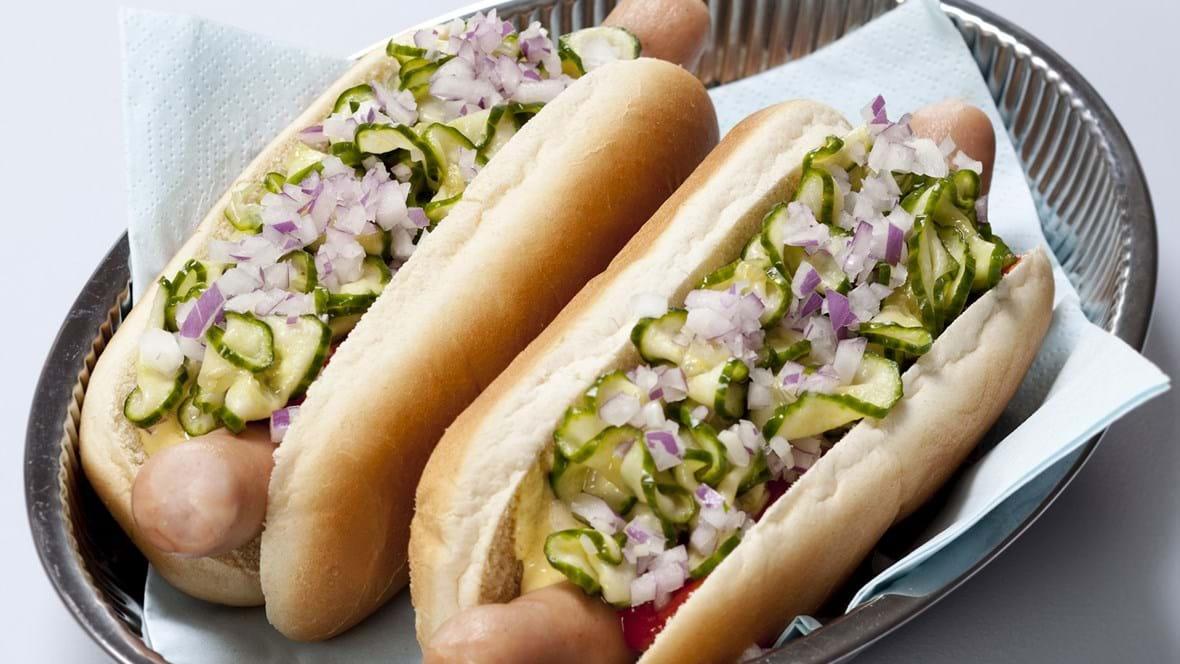 Hotdogs med agurkesalat og rødløg