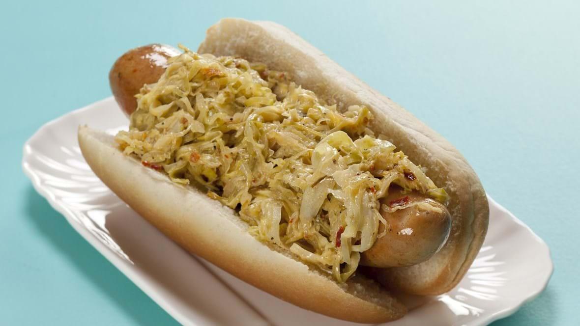Hotdogs med blød og krydret kål