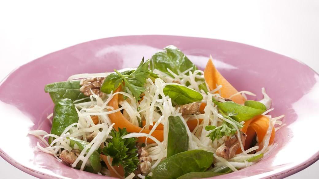 Hvidkålsråkost med gulerod, spinat og valnødder