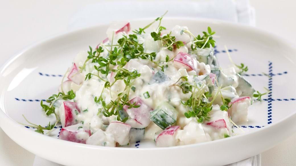 Hytteostsalat med agurk, radiser og karse