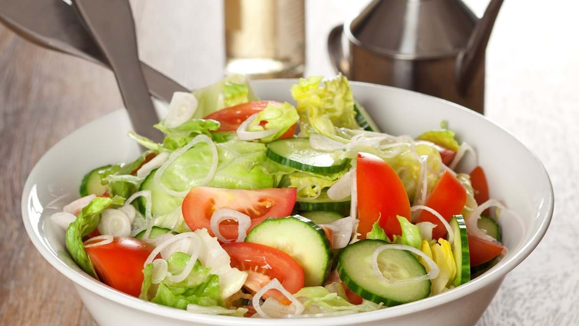 Icebergsalat med agurk, tomater og løg
