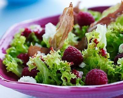Frillicesalat med hindbær og sukkerbagt skinke
