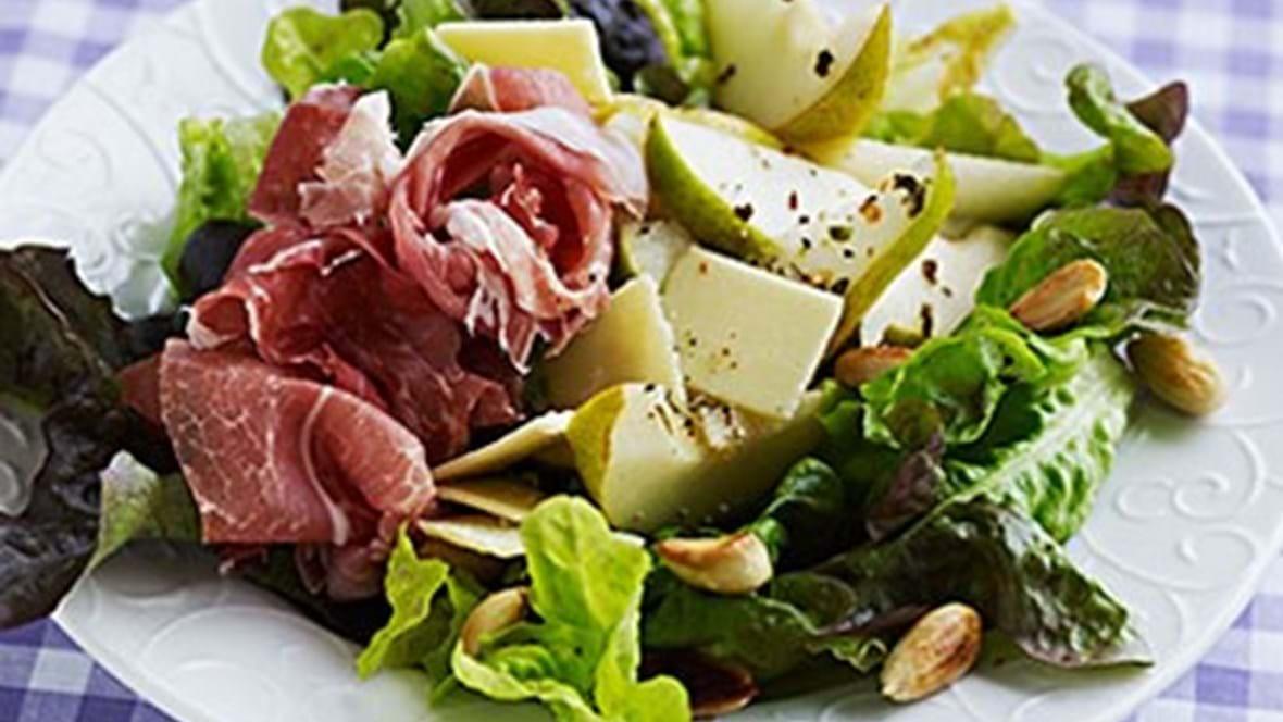 Salat med pære, parmaskinke og parmesan.