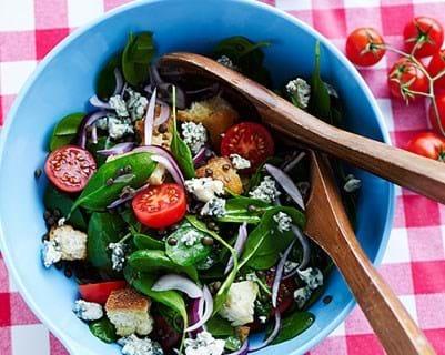 Spinatsalat med linser og cherrytomater