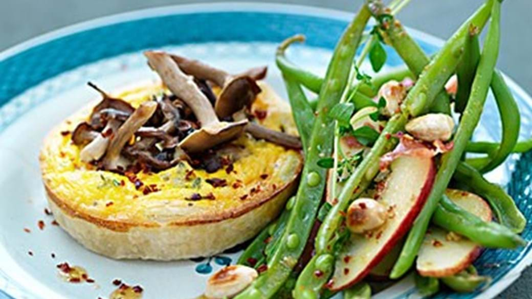 Bøgehattetærter med bønne-æblesalat