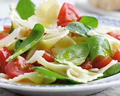 Forårspasta med tomater og frisk spinat