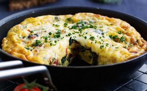 Gratineret æggekage opskrift med spinat og chorizo - se her
