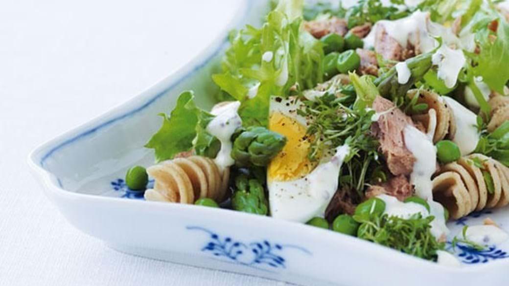 Grøn pastasalat med tun og æg