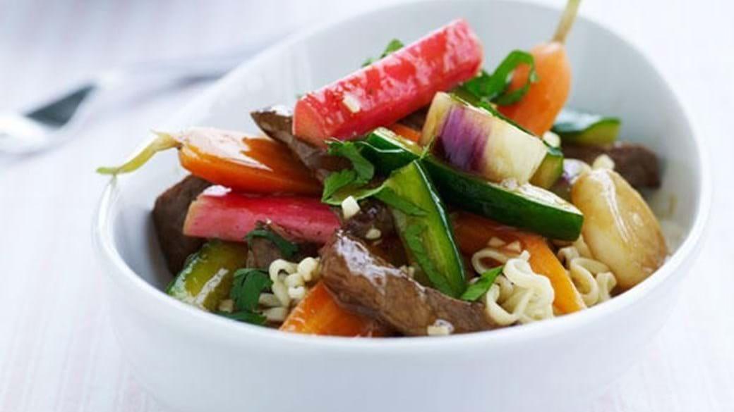 Kinesisk sursød sauce med agurk, rabarber og oksekød