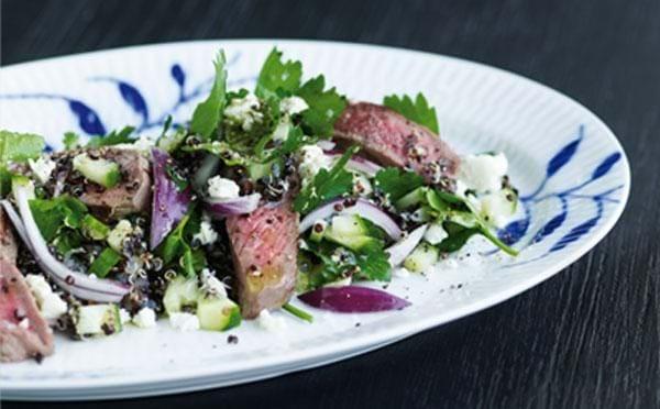 Oksekødsalat med persille, løg og feta