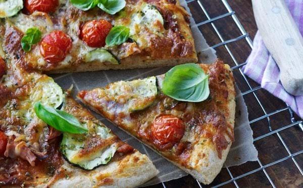 Pizza med skinke og tomater