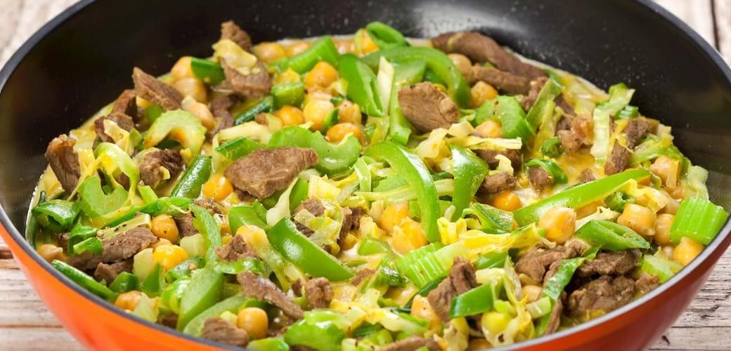 Kalv i wok med karry, kokos og kål i grønt